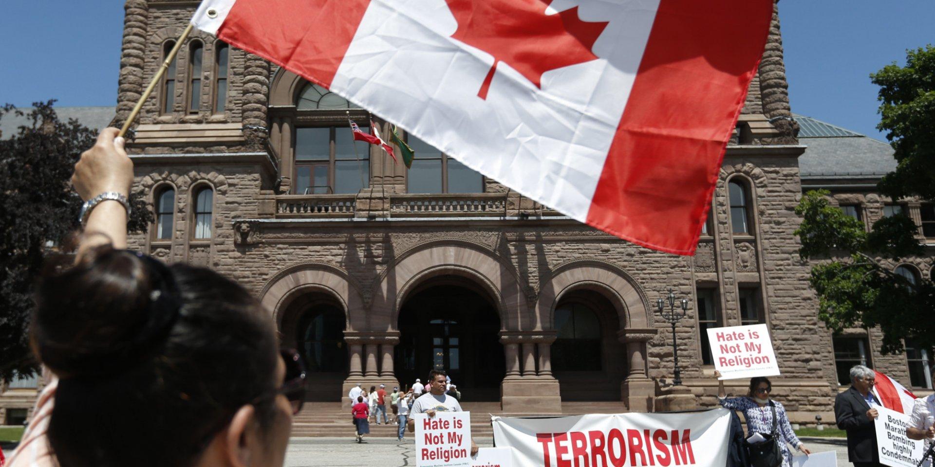 Канадцев не будут лишать гражданства за терроризм